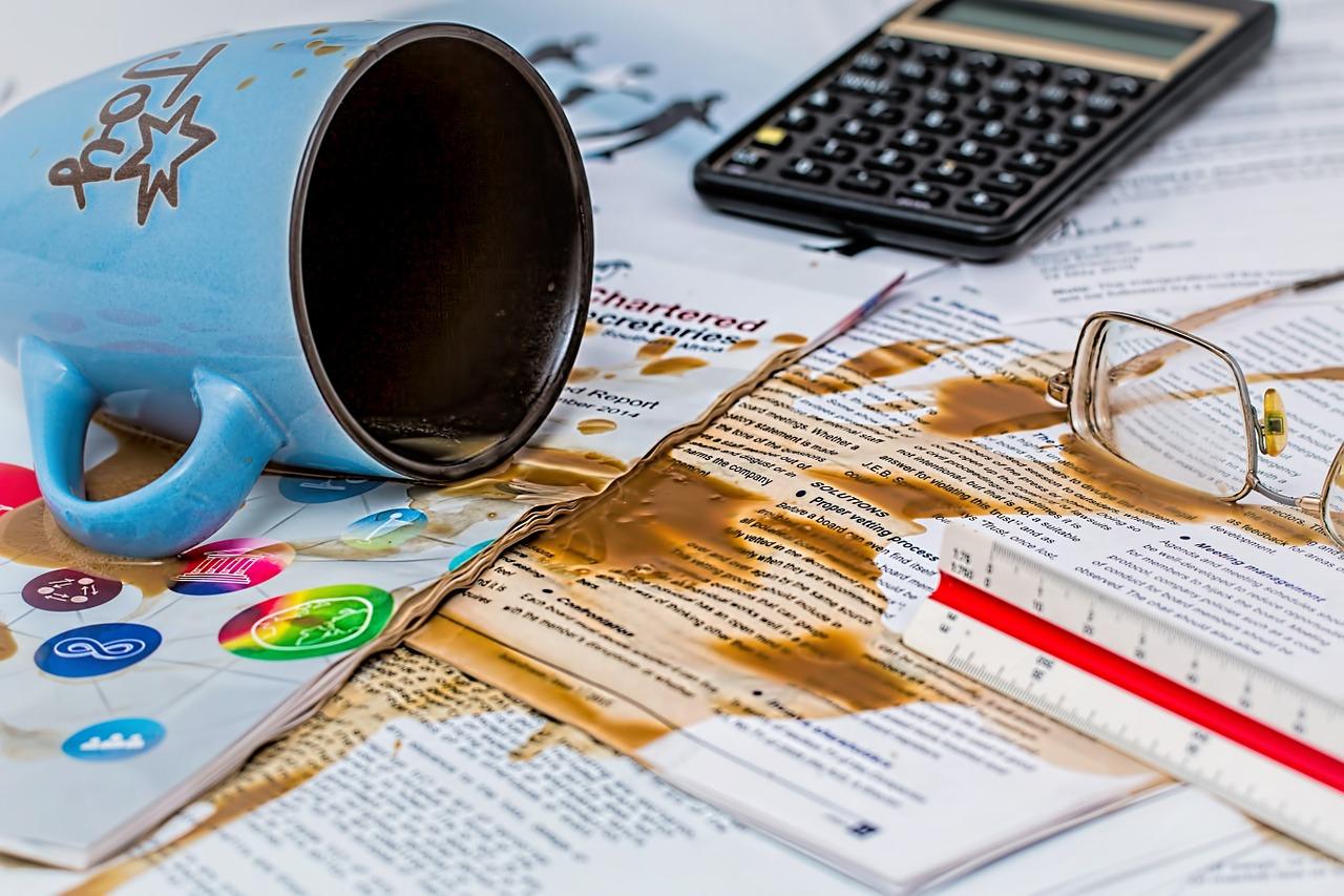 café derramado nos papeis importantes