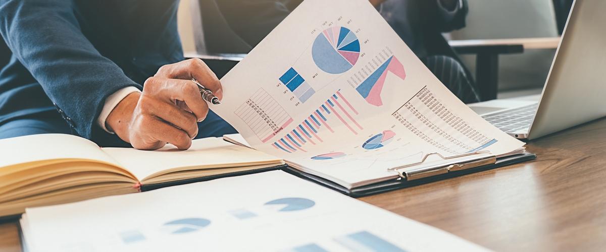 assistente-contabil-conferindo-dados